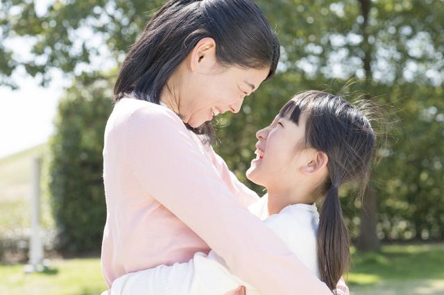 親子、親、子供、抱きしめる